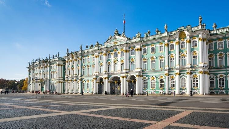 El Museo Hermitage en San Petersburgo, es visitable y se forman largas filas para entrar
