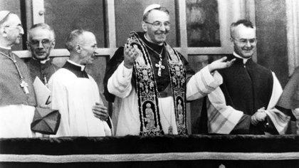 Juan Pablo I con una multitud durante su primer encuentro de bendiciones en San Pedro. Era el 27 de agosto. Su pontificado sería brevísimo y despertaría todo tipo de conjeturas y teorías conspirativas (Getty Images)