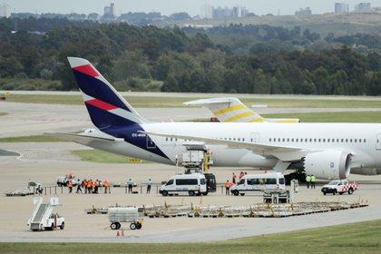 Trabajadores aeroportuarios y de sanidad reciben un cargamento con 1,5 millones de dosis de la vacuna Coronavac, hoy en el Aeropuerto Internacional de Carrasco, en Montevideo (Uruguay). EFE/Raúl Martínez