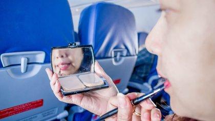 Las razones por las cuales no se debe viajar en avión con maquillaje (Shuttersctock)