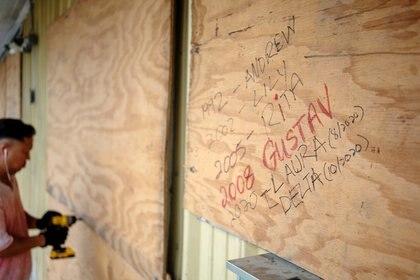 Bang Bui prepara su negocio para resistir los vientos y las lluvias del huracán Delta en Abbeville, Louisiana (REUTERS/Kathleen Flynn)
