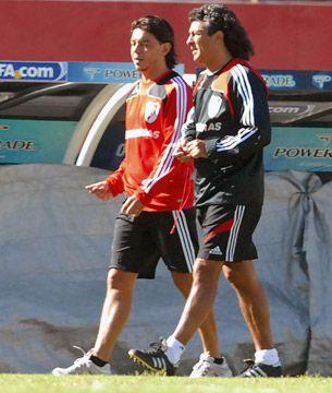 Néstor Gorosito y Marcelo Gallardo en tiempos en los que Pipo era entrenador de River y el Muñeco jugador (Télam)