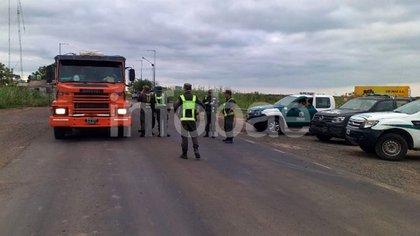Camión transitando por Santa Fe, donde hay muchas localidades que no los dejan entrar