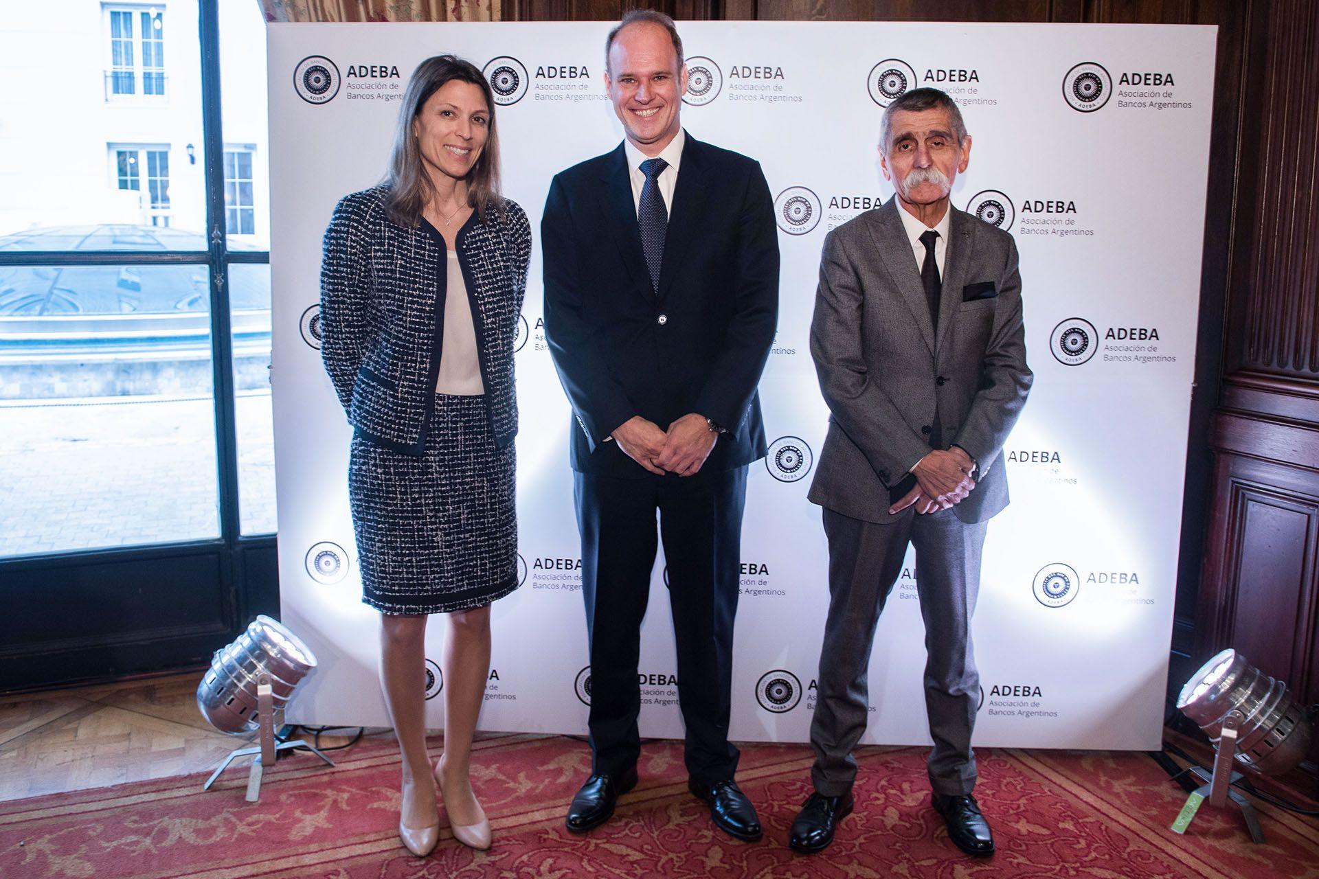 El presidente de ADEBA, Javier Bolzico, recibe a Isela Costantini, CEO del BST, y a Roberto Domínguez, presidente del BST