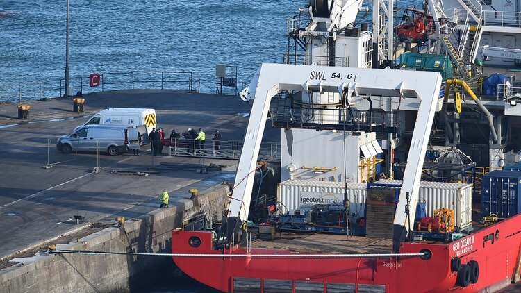 El Geo Ocean III retornó al puerto para presentar el cuerpo ante los forenses (Foto: AFP)