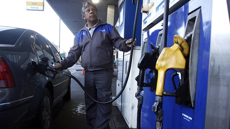 En Argentina la caída de los precios del crudo no llega a los surtidores. (DyN)