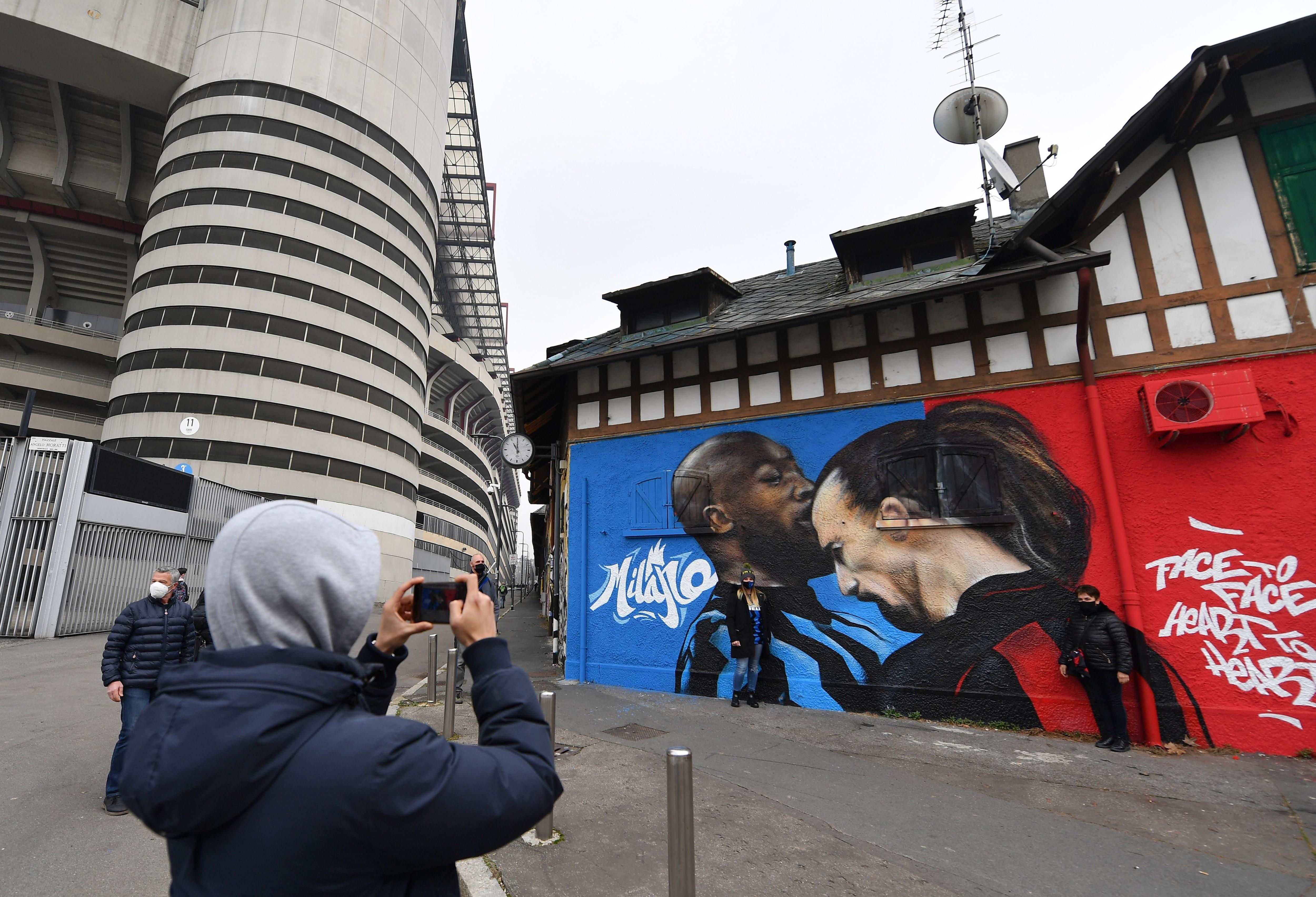El encontronazo de Romelu Lukaku y Zlatan Ibrahimovic inmortalizado en un mural al ingreso del San Ciro. REUTERS/Daniele Mascolo