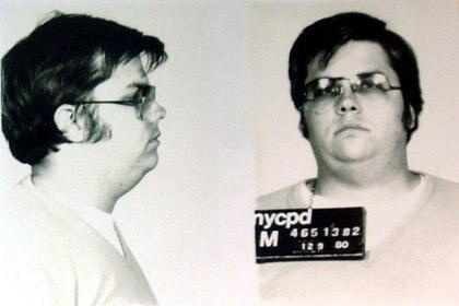IMAGEN DE ARCHIVO. Una foto tomada por la policía de Mark David Chapman, quien disparó y mató a John Lennon, se exhibe en el 25 aniversario de la muerte de Lennon en el NYPD en Nueva York el 8 de diciembre de 2005. REUTERS / Chip East/Foto de archivo