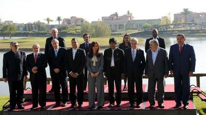 La foto de familia de los presidentes asistentes a la Cumbre de Mandatarios de la UNASUR en Buenos Aires, en 2010, junto a Néstor Kirchner, primer secretario general (Raul Ferrari/Télam/jcp)