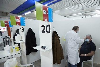 Un centro de vacunación contra el COVID-19 en Ginebra, Suiza. Foto: REUTERS/Denis Balibouse