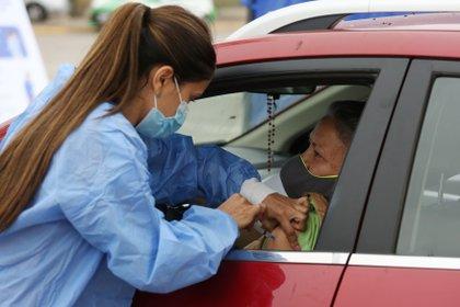 En Chile ya 7 millones de personas recibieron la segunda dosis de vacuna contra el COVID-19. Para facilitar la aplicación, se puede ir en el auto y recibir la dosis sin bajarse (EFE/ Elvis González)