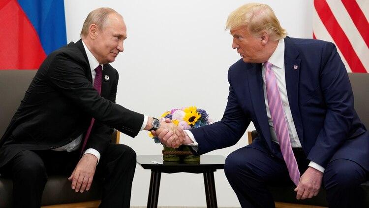 Donald Trump y Vladimir Putin durante un reunión en Osaka, Japón, en el marco del G20. (Reuters)