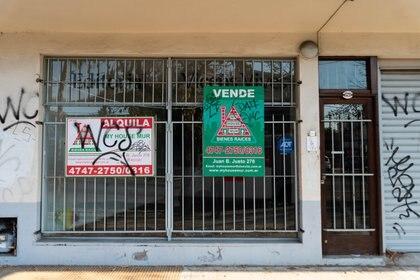 Locales cerrados y persianas que no se levantarán en lo inmediato, son una de las consecuencia de la cuarentena obligatoria (Franco Fafasuli)