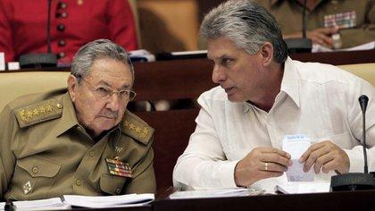 Raúl Castro con Miguel Díaz-Canel, quien lo sucedería como presidente del Consejo de Estado