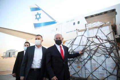 El primer ministro Benjamin Netanyahu y su ministro de Salud Yuli Edelstein reciben un cargamento de vacunas de Pfizer-BioNTech  (Motti Millrod/Pool via REUTERS/Archivo)
