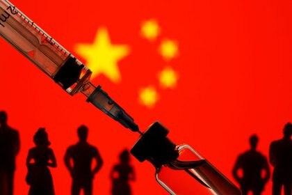 Foto de archivo ilustrativa de un vial y una jeringa con una bandera china de fondo. Ene 11, 2021. REUTERS/Dado Ruvic