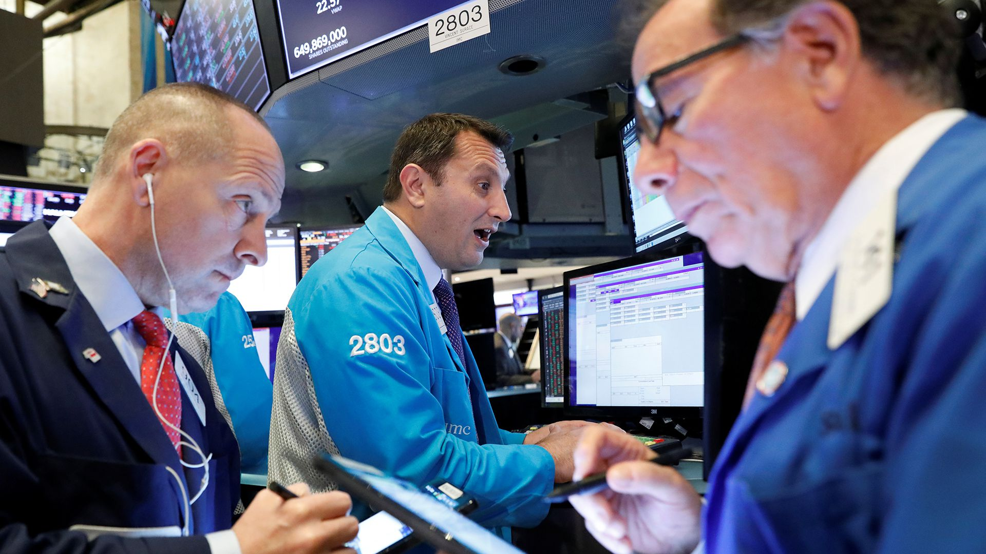 Imagen de archivo de operadores trabajando en el piso de la Bolsa de Valores de Nueva York (NYSE), EEUU, Noviembre 18, 2019. REUTERS/Brendan McDermid