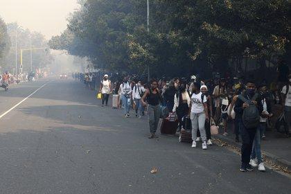 Estudiantes tras evacuar la universidad (AP Photo/Nardus Engelbrecht)