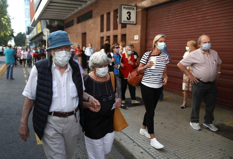Gente mayor con tapabocas aguarda para recibir una vacuna contra el coronavirus (COVID-19) en Buenos Aires. Argentina. Foto de archivo Mar 9, 2021. REUTERS/Agustin Marcarian
