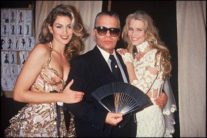 Cindy Crawford, Karl Lagerfeld y Claudia Schiffer en un desfile en París en 1993