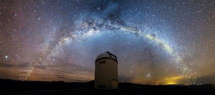 El disco de la Vía Láctea es visto sobre el Telescopio de la Universidad de Varsovia en el Observatorio Las Campanas en Chile en una recreación artística (Jan Skowron/Universidad de Varsovia via REUTERS)