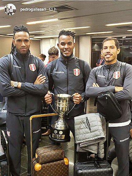 Algunos jugadores de Perú sí se fotografiaron con el trofeo