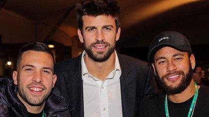 Neymar posó junto a Gerard Piqué, organizador de la nueva Copa Davis, y Jordi Alba, quienes fueron compañeros suyos en el FC Barcelona.