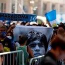 Los fan�ticos de la leyenda del f�tbol Diego Armando Maradona acuden a visitar la capilla funeraria instalada en la Casa Rosada, hoy en Buenos Aires (Argentina). EFE/Demian Alday Est�vez ,