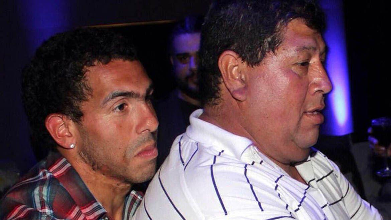Tevez con Segundo, su padre, varios años atrás (Foto: Télam)