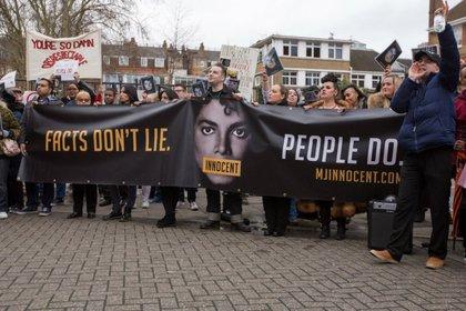 Decenas de fanáticos salieron a las calles para defender al cantante (Foto: Twitter)