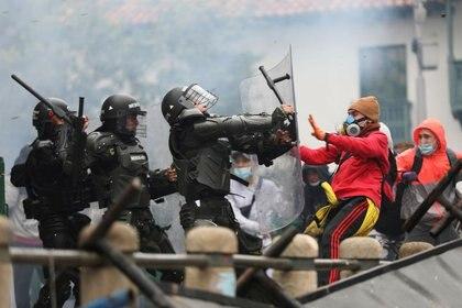 Imagen de archivo de enfrentamientos entre manifestantes y policías en Bogotá, Colombia. 28 abril 2021. REUTERS/Luisa González