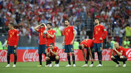 Soccer Football – World Cup – Round of 16 – Spain vs Russia – Luzhniki Stadium, Moscow, Russia – July 1, 2018 Spain players look dejected after losing the penalty shootout REUTERS/Carl Recine