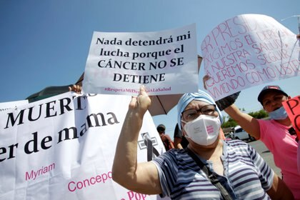 Mujeres con cáncer y padres de menores con la misma enfermedad han protestado en repetidas ocasiones en el país por la escasez de medicamentos (Foto: Daniel Becerril/ Reuters)