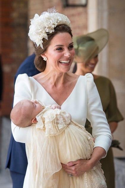 Kate Middleton ingresó con el príncipe Louis en sus brazos (Lipinski/Pool via REUTERS)
