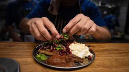 Mariano Ramón es el fundador y cocinero del Gran Dabbang, el restaurante que trajo la gran escena de comida callejera de Asia a Buenos Aires (Franco Fafasuli)
