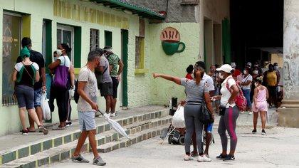 Varias personas con tapabocas hacen cola para comprar productos en La Habana (Cuba). EFE/Ernesto Mastrascusa/Archivo