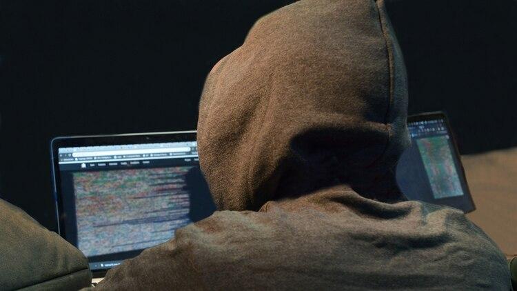 La ciberseguridad es un tema que todo usuario de móviles debe tomar en cuenta al conectarse a redes públicas, especialmente a travées de USB (Foto: Fernando Calzada)