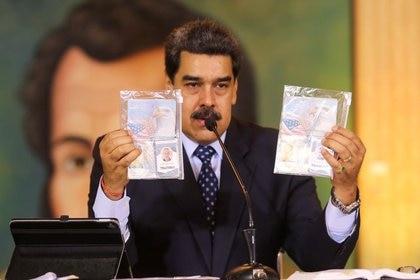 Nicolás Maduro muestra documentos durante una conferencia de prensa virtual en Caracas