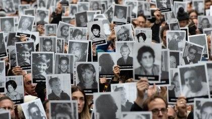 El momento de latradicional sirena es cuando el público rememora a las 85 víctimas alzando sus fotos y sus historias