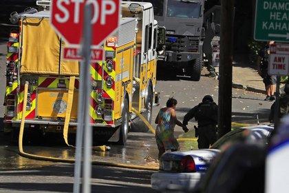 El cuerpo de bomberos de Honolulu intentaron extinguir el fuego que se propagó por otras viviendas (AP)