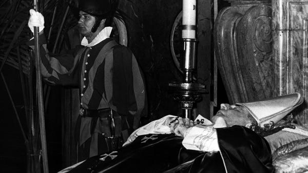 El cuerpo sin vida del papa Juan Pablo I en la Capilla Clementina de la Basílica de San Pedro, en Roma. Era el 3 de octubre de 1978 y el misterio sobre su muerte comenzaba a intrigar al mundo (Getty Images)