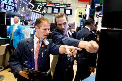 Stockbrokers work on Wall Street in New York, USA.  (EFE / Justin Lane / File)