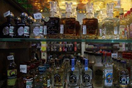 Las botellas de líquido auténtico deben contar con etiqueta, sello del SAT y sin signos de violación en la tapa. La autenticidad puede verificarse con el código QR de la etiqueta (Foto: Cuartoscuro)