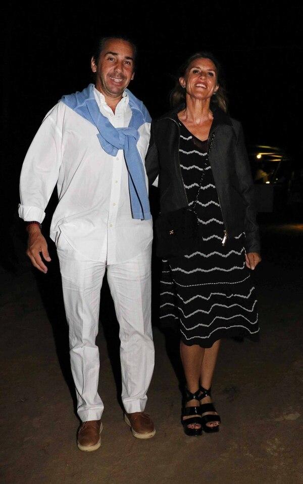 Dicky Smith Estrada luciendo un total white y el detalle de color en el sweater anudado celeste. Lo acompañó su mujer Gloria Confalonieri de Smith Estrada.