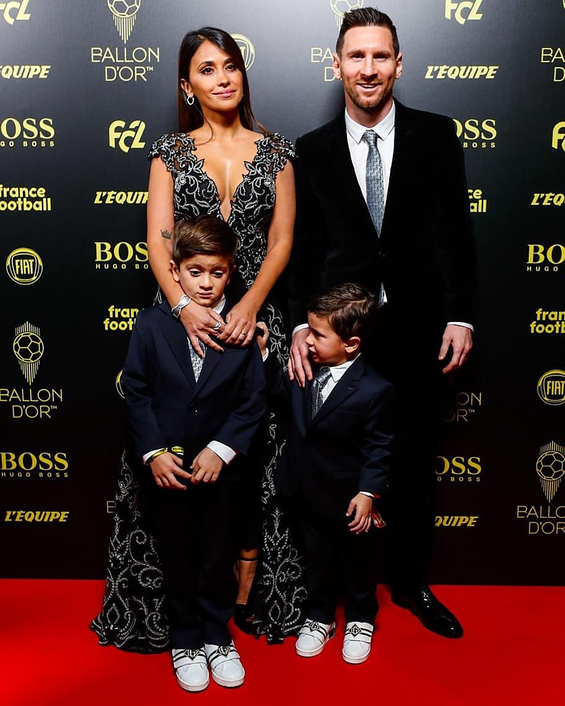 El segundo hijo de Leo y Antonela Roccuzzo molestando a su hermano en la alfombra roja (@FCBarcelona_es)