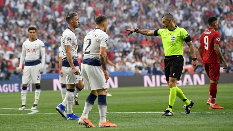 El árbitro Damir Skomina cobró penal para el Liverpool en la primera jugada del partido (REUTERS/Toby Melville)