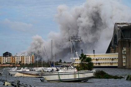Un incendio en una planta química cercana a la ciudad de Lake Charles este 27 de agosto de 2020. REUTERS/Elijah Nouvelage