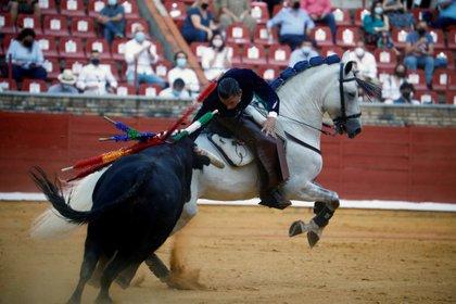 El rejoneador Diego Ventura con el segundo toro de su lote, durante la seguna corrida de la Feria de Córdoba celebrada este sábado en la capital andaluza. EFE /Salas