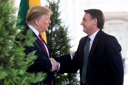 En la imagen, el presidente saliente de Estados Unidos, Donald J. Trump (i), saluda al presidente de Brasil, Jair Bolsonaro (d). EFE/Michael Reynolds/Archivo