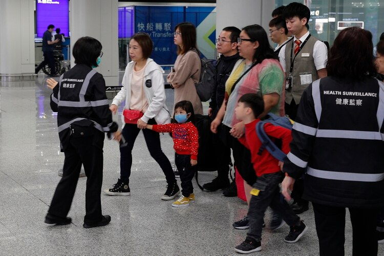 Revisiones en el área de migraciones del aeropuerto internacional de Hong Kong (AP)